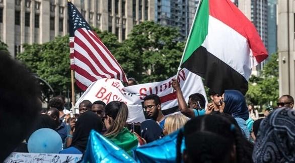 العلم السوداني والأمريكي مرفوعان في إحدى التظاهرات (أرشيف / فويس أوف أميريكا)