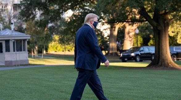 الرئيس الأمريكي مغادراً البيت الأبيض إلى المستشفى (أ.ب)