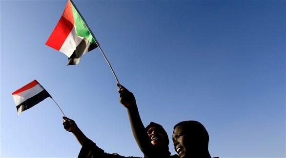 متظاهرون يرفعون العلم السوداني (أرشيف / رويترز)