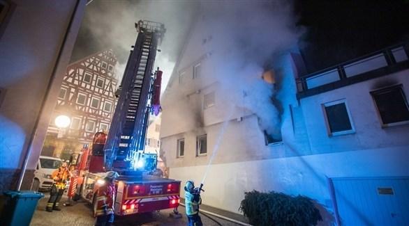 عناصر الدفاع المدني تحاول إخماد النيران في ألمانيا