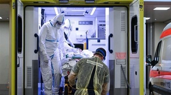 مسعفون ألمان مع مصاب بكورنا في سيارة إسعاف (أرشيف)