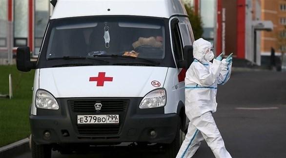 مسعف أمام سيارة إسعاف في موسكو (أرشيف)