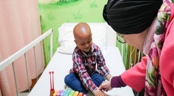 جواهر القاسمي خلال زيارتها مستشفى ومركز أبحاث شوكت خانوم للسرطان (أرشيف)