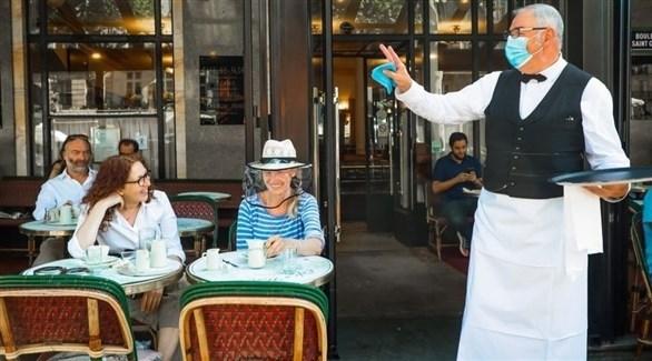 نادل مع زبائن مطعم في باريس (أرشيف)