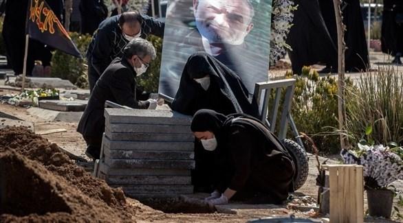 عائلة إيرانية في مقبرة (أرشيف)