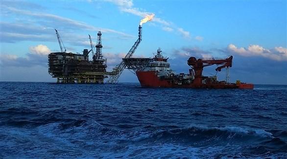 سفينة تنقيب بالقرب من إحدى المحطات النفطية (أرشيف)