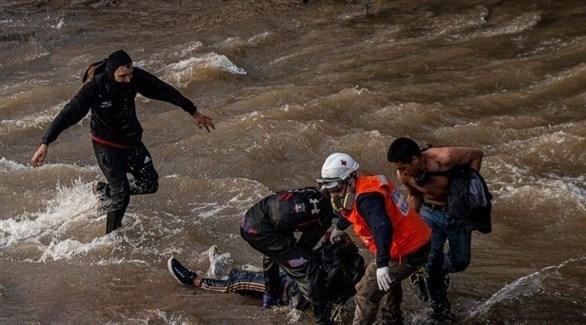 منقذون ينتشلون الشاب التشيلي من النهر بعد أن دفعه الضابط من فوق الجسر (رويترز)