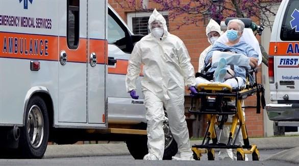 مسعفان أمريكييان ينقلان مصاباً بكورونا (أرشيف)