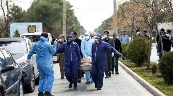 إيرانيون ينقلون أحد ضحايا كورونا إلى المقبرة في طهران (أرشيف)