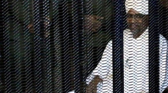 الرئيس السوداني السابق عمر البشير في قفص الاتهام (أرشيف)