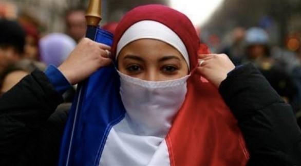 محجبة ترفع العلم الفرنسي في إحدى التجمعات (أرشيف)