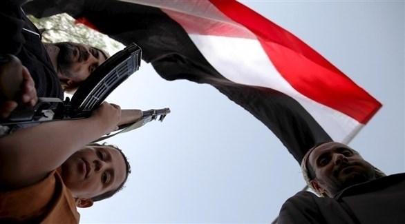 عناصر مسلحة تحمل العلم اليمني (أرشيف)