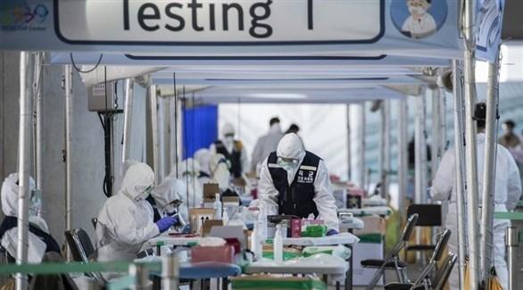 عاملون في مركز صحي كوروي جنوبي لكشف كورونا (أرشيف)