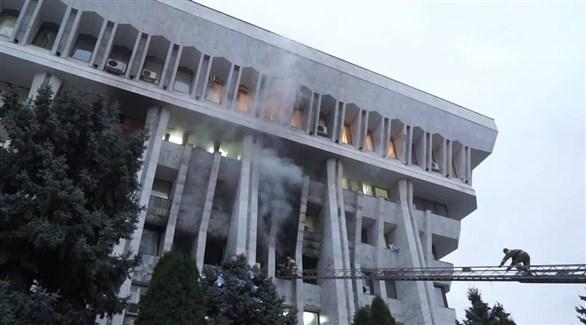 اندلاع النيران من مبنى مجلس النواب في قرغيزستان (تويتر)