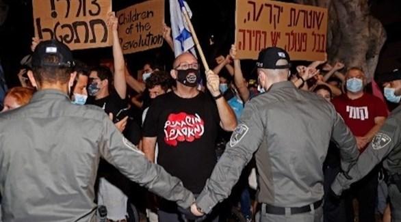 عناصر من الشرطة الإسرائيلية في مواجهة محتجين على الإغلاق (أ ف ب)