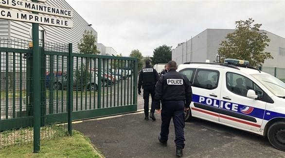 عناصر من الشرطة الفرنسية أمام مخزن أطلقت منه النيران في هيربلاي (لا غازيت دو فال دواز)