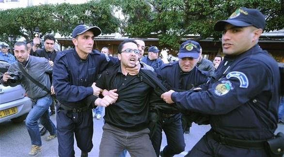 الأمن الجزائري يعتقل متظاهراً (أرشيف)