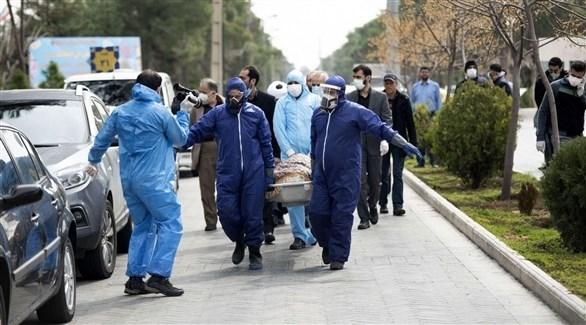 إيرانيون ينقلون جُثمان احد ضحايا كورونا (أرشيف)