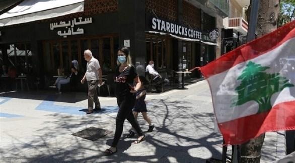 لبنانيون يسيرون بمحاذاة العلم (أرشيف)