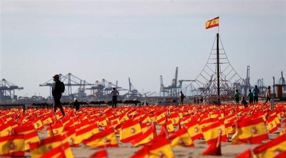 أعلام إسبانيا تغطي شاطئ باتاكونا تكريماً لضحايا كوفيد19 (إ ب أ)