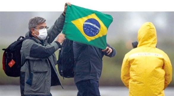 برازيليان يرفعان علم بلادهما (أرشيف)