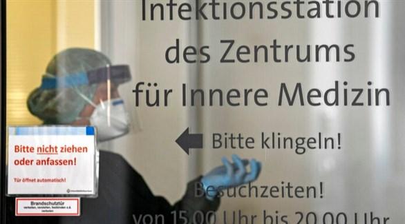 عاملة في القطاع الصحي في قسم كورونا بمستشفى ألماني في برلين (أرشيف)