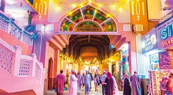 عمانيون في سوق مسقط القديمة (أرشيف)