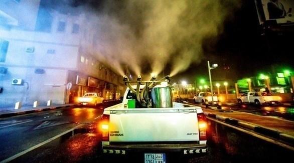 مركبة تعقم شارعاً بالسعودية (أرشيف)