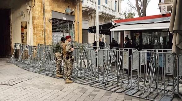جنديان تركيان أمام حاجز في أحد شوارع نيقوسيا القبرصية المقسمة (أرشيف)