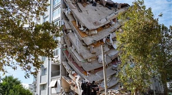 انهيار عمارة سكنية بعد زلزال سابق في تركيا (أرشيف)