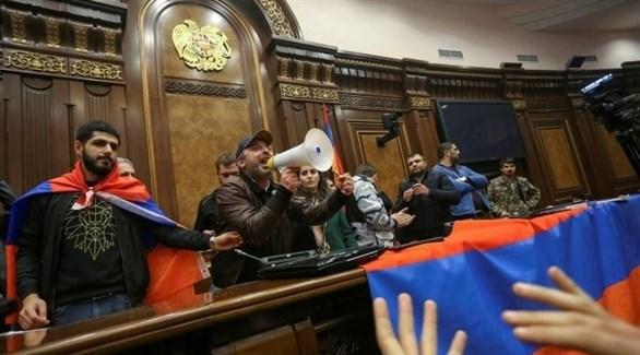 محتجون أرمن داخل البرلمان فجر اليوم (تويتر)