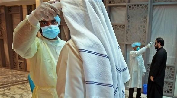 عامل في القطاع الصحي الكويتي يفحص مراجعاً (أرشيف)