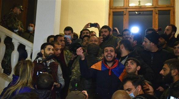 متظاهرون أمام البرلمان الأرمني في يريفان (أ ف ب)