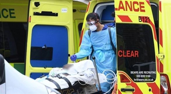 مسعف بريطاني ينقل مصاباً بكورونا للمستشفى (أرشيف)