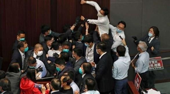 جانب من الاشتباكات التي شهدها البرلمان في هونغ كونغ (أرشيف)
