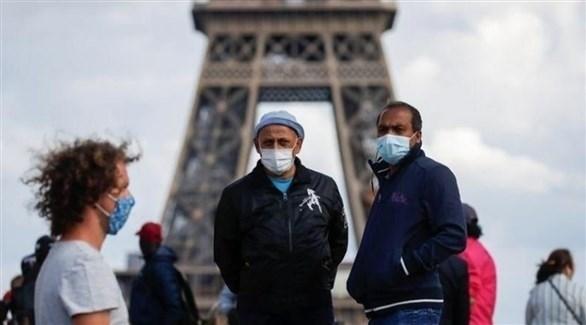 مواطنون فرنسيون يرتدون الكمامات وسط العاصمة باريس (أرشيف)