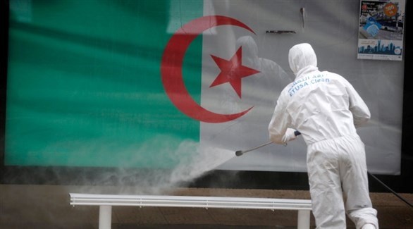عامل جزائري يُعقم محطة حافلات (أرشيف)