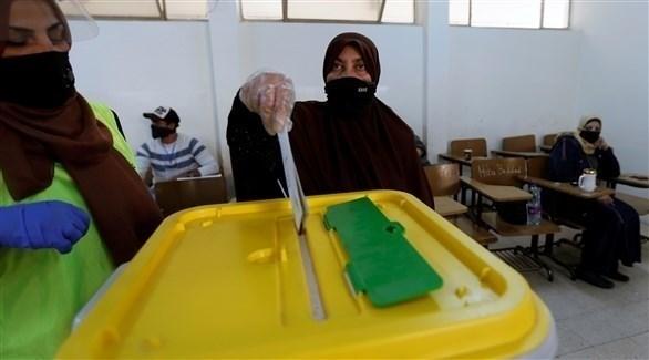 أردنية تُدلي بصوتها في الانتخابات البرلمانية (رويترز)
