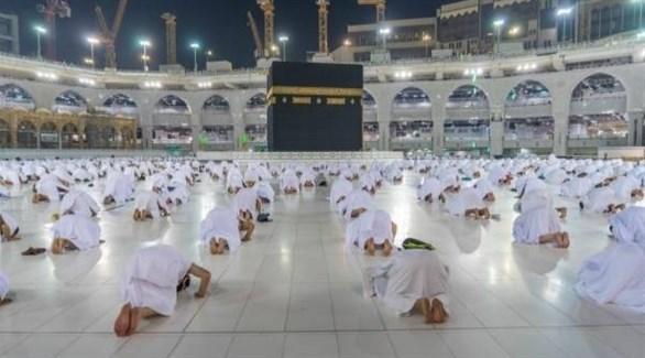 مصلون ملتزمون بالتباعد الجسدي داخل مسجد الحرام