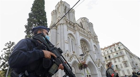 عناصر من الشرطة تقف أمام كنيسة مدينة نيس (أرشيف)