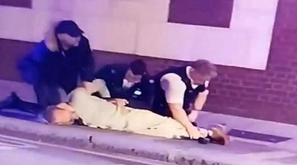 شرطيان بريطانيان يعتقلان سائق السيارة في لندن (ديلي ميل)