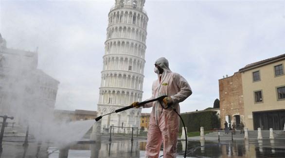 عامل أثناء تعقيم ساحة برج بيزا في إيطاليا (أرشيف)