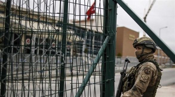 عسكري تركي أمام بوابة سجن (أرشيف)