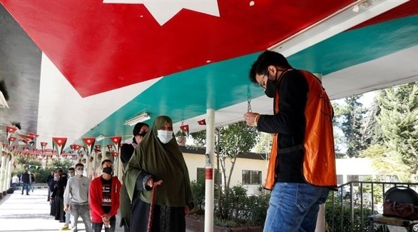 ناخبون يقفون بالدور بانتظار الإدلاء بأصواتهم في الأردن (أرشيف / رويترز)