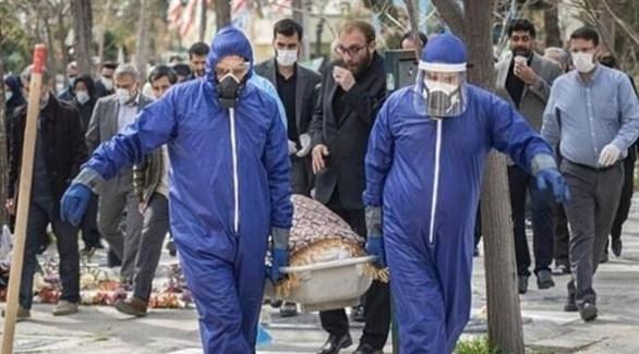 دفن أحد مصابي كورونا في طهران (أرشيف)