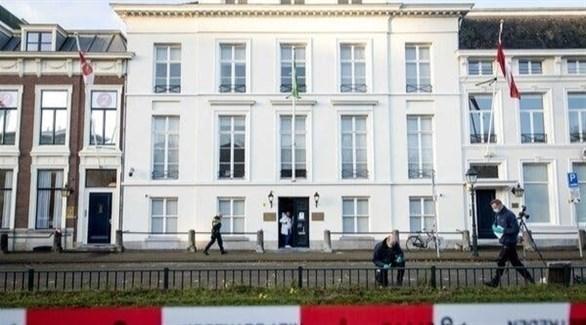 عناصر من الشرطة الهولندية أمام سفارة السعودية في لاهاي بعد الحادثة (تويتر)