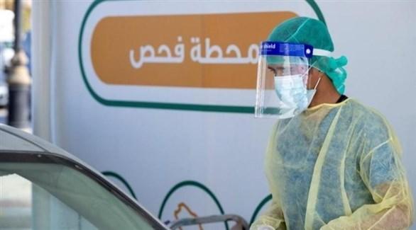 عامل في القطاع الصحي في محطة فحص متنقلة لكشف كورونا في السعودية (أرشيف)