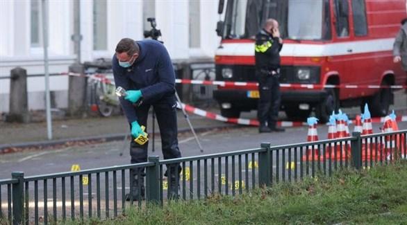 عناصر من الشرطة العلمية الهولندية يجمعون أدلة أمام سفارة السعودية في لاهاي (تويتر)