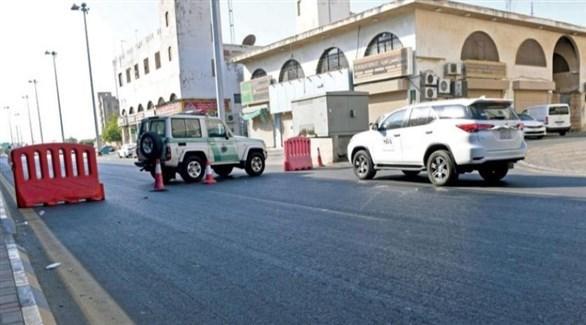 حاجز للشرطة السعودية على الشارع المؤدي إلى المقبرة في جدة (أ ف ب)