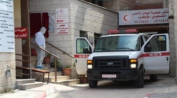 سيارة إسعاف أمام مستشفى في مدينة طولكرم بالضفة الغربية (أرشيف)